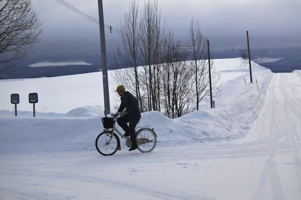 一面の雪でも普通に自転車を乗りこなす北海道民