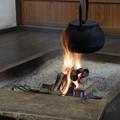 写真: 炉端でお茶を