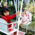 写真: 姉妹仲良くブランコに乗ってご機嫌~ 1979年