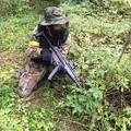 写真: MP5を使用するファマス校長さん